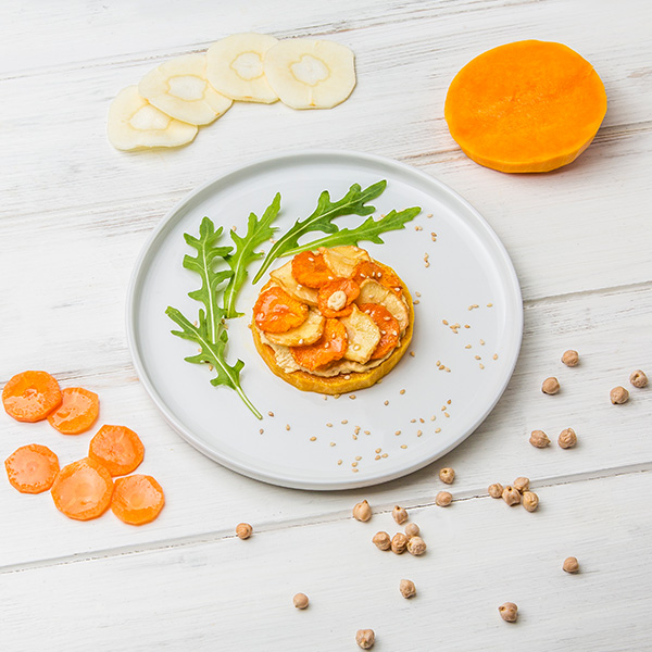 Tartine de butternut, houmous & chips de légumes